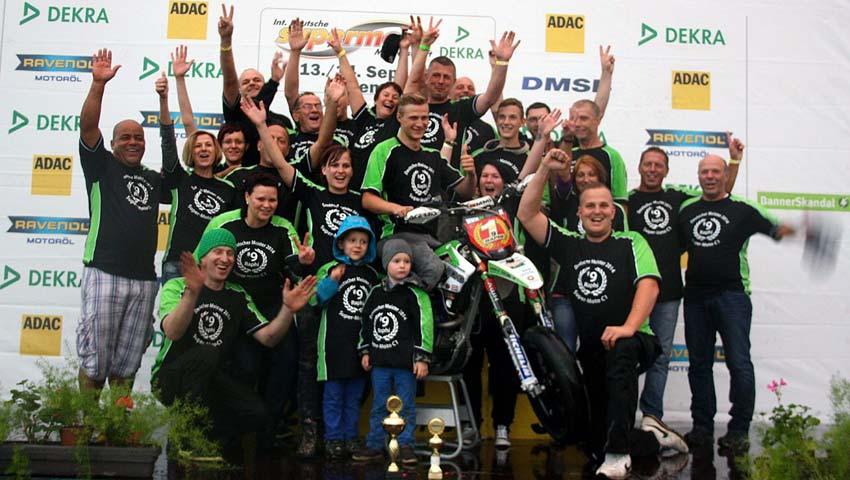 Raphi #9 und Team freuen sich über die Meisterschaft